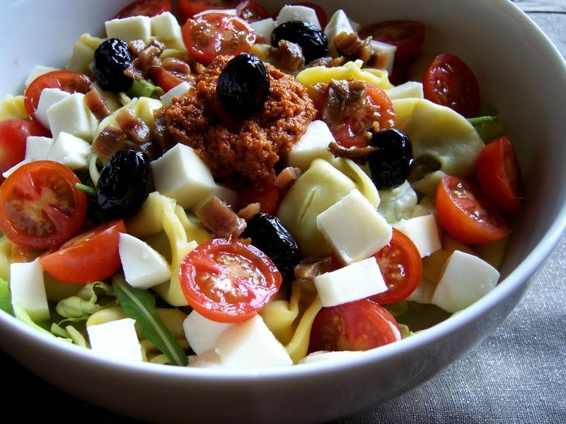Ensalada templada de tortellini con mozzarella y anchoas