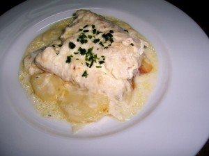 Merluza al horno con salsa de nata y patatas